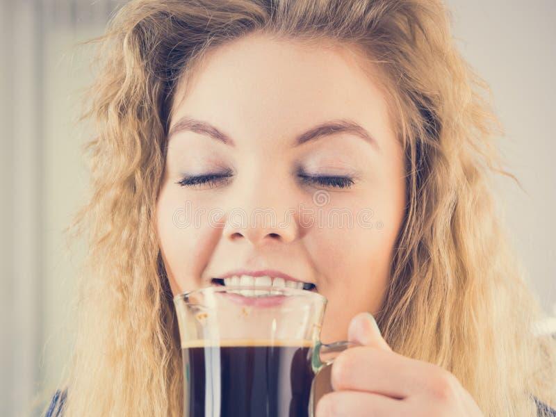 Положительная женщина выпивая ее кофе утра стоковая фотография rf