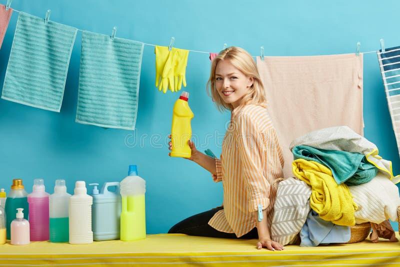 Положительная шикарная домохозяйка с тензидом в ее руке представляя к камере стоковые изображения rf