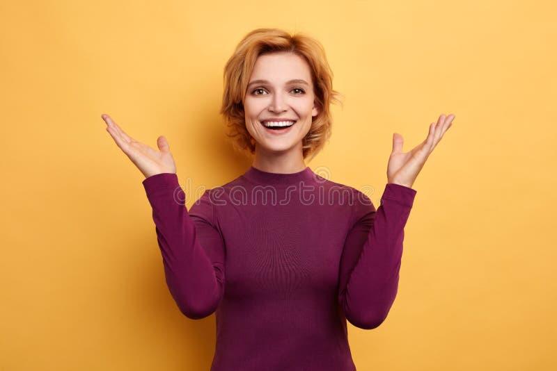Положительное белокурое ликование девушки на хороших новостях стоковые фото