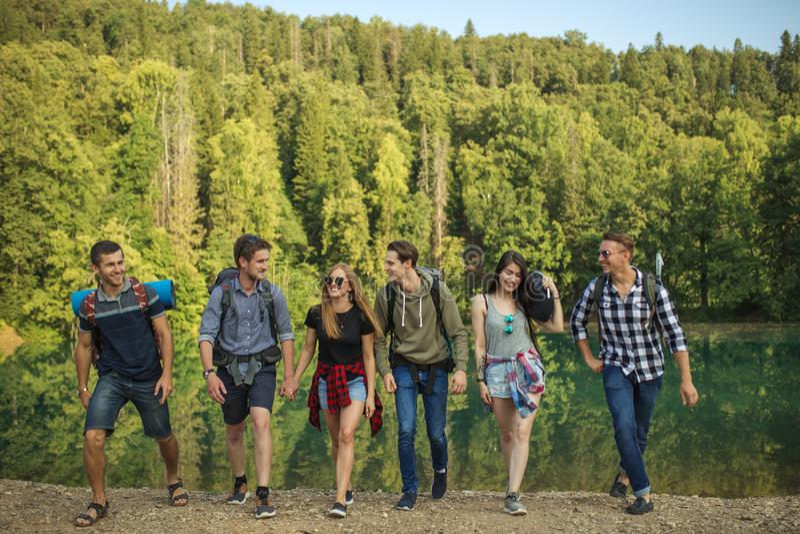 Положительное, усмехаясь молодые люди любяще путешествовать стоковые изображения rf