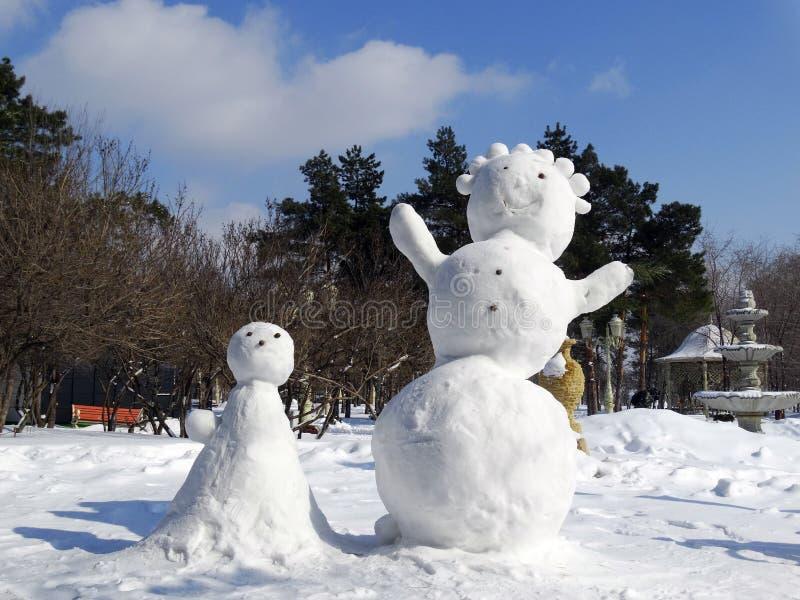 Положительные снеговики стоковые фото