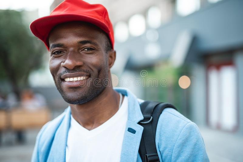 Положительный мужской идти на улицу стоковая фотография rf