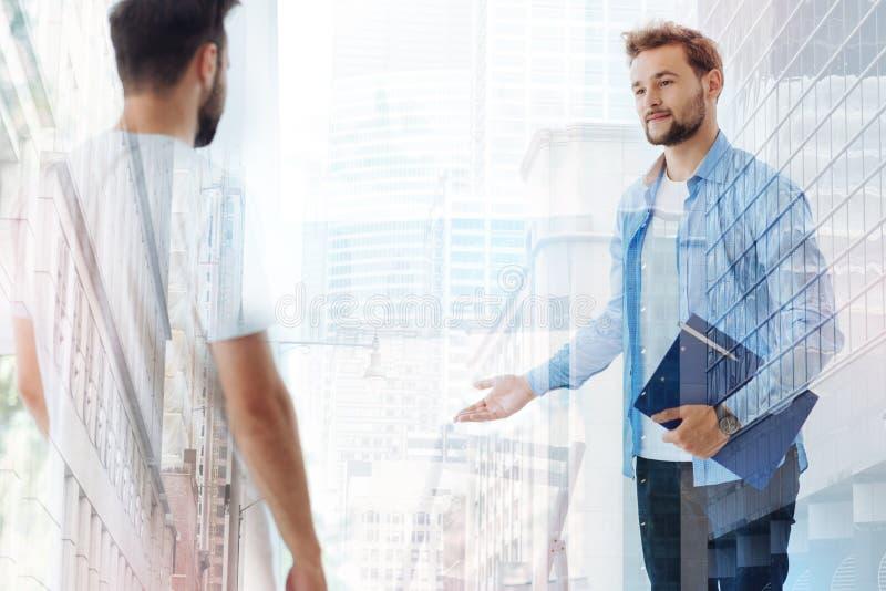 Положительный психиатр встречая его пациента стоковые изображения