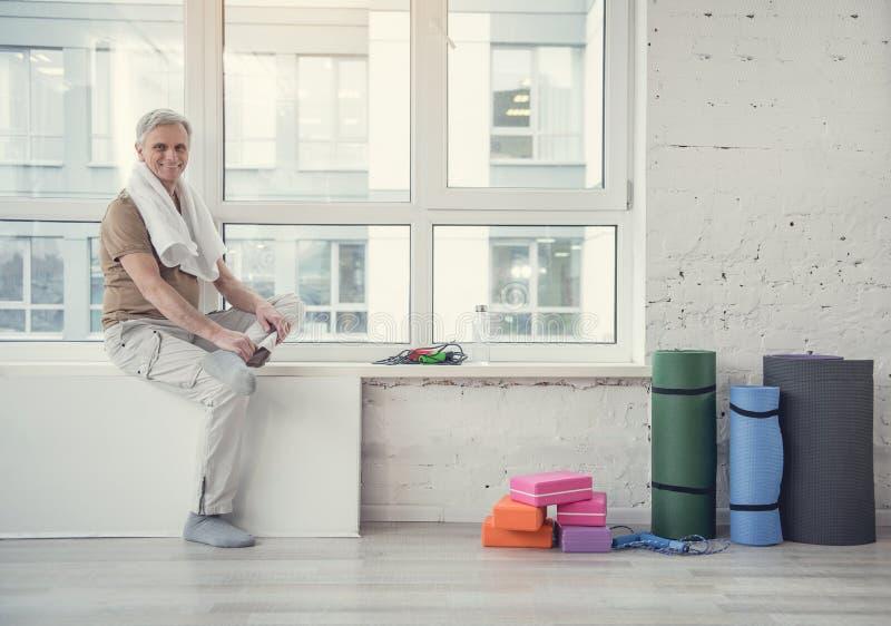 Положительный старый мужской присутствуя на спортзал стоковая фотография