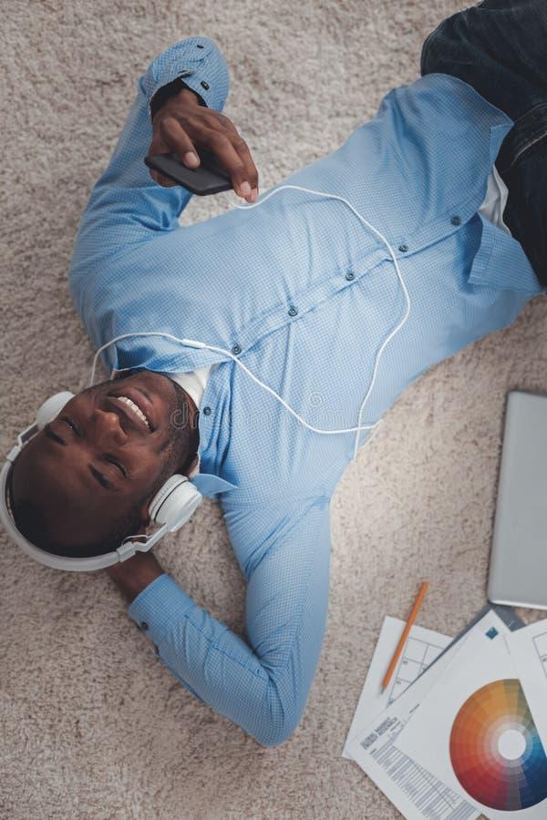 Положительный счастливый человек принимая перерыв от работы стоковое изображение