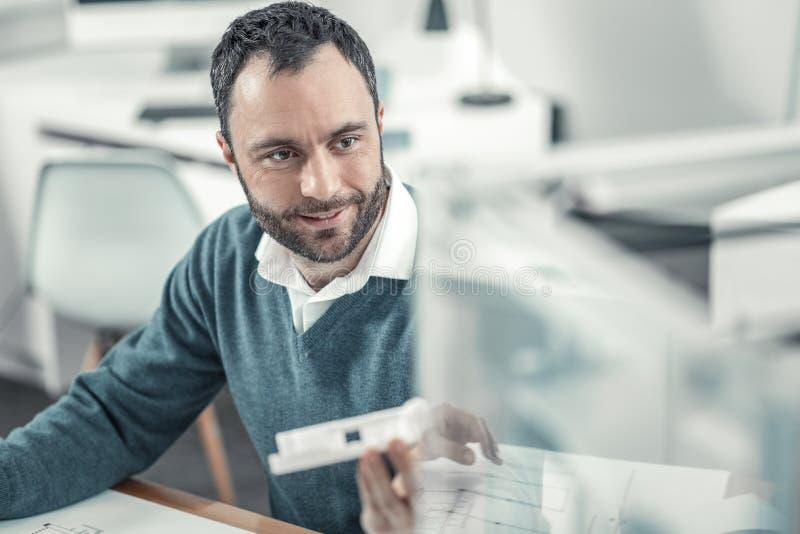 Положительный умный инженер используя технологию печатания 3d стоковая фотография rf