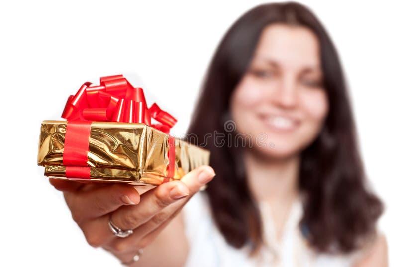 положите девушку в коробку подарка стоковое фото