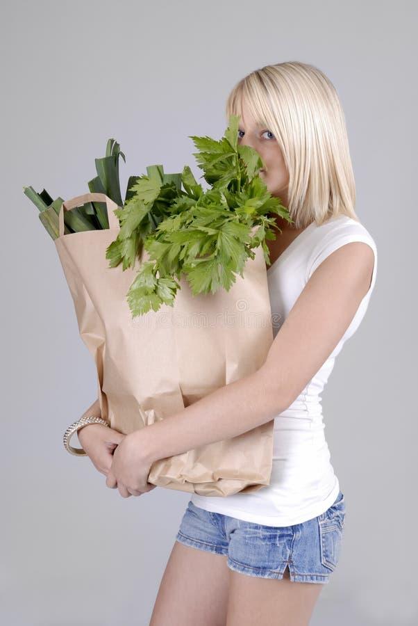 положите детенышей в мешки женщины покупкы бакалеи здоровых стоковая фотография rf