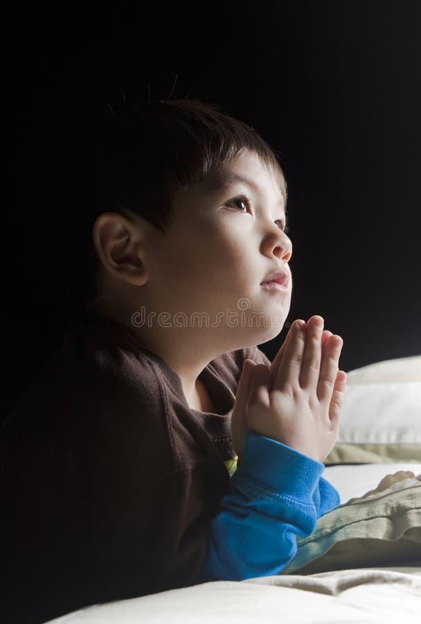 положите его говорить в постель молитв стоковое изображение rf