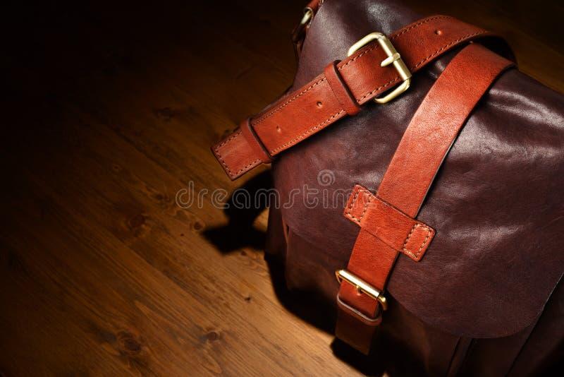 положите коричневую кожу в мешки стоковая фотография