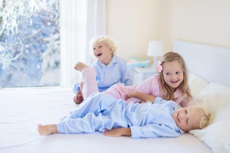 положите малыша в постель Окно зимы Ребенок дома снегом стоковое изображение