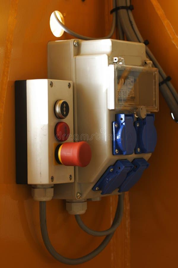 положите непредвиденный выключатель с плавким предохранителем в коробку стоковое изображение