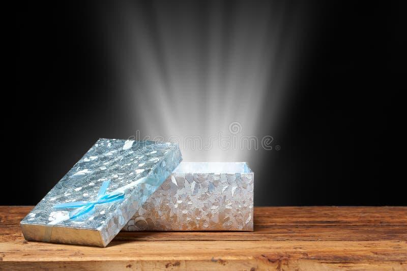 положите подарок в коробку открытый стоковое изображение rf