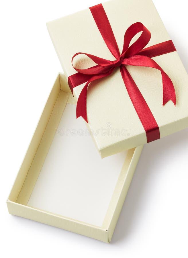 положите подарок в коробку стоковая фотография