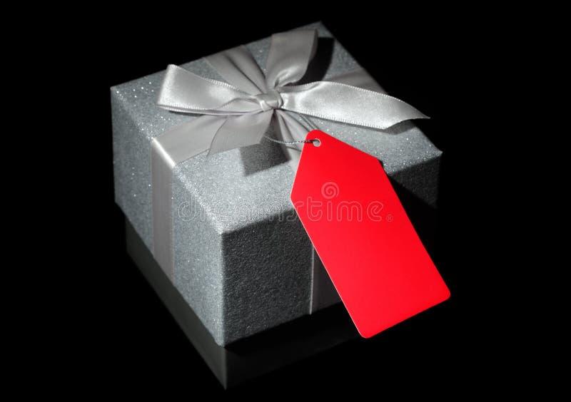 положите подарок в коробку стоковое фото