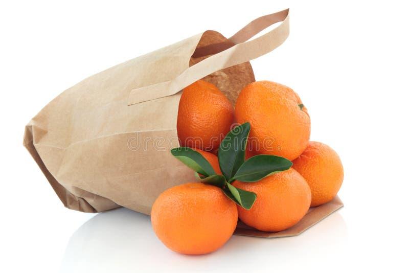 положите померанцы в мешки мандарина стоковое изображение rf