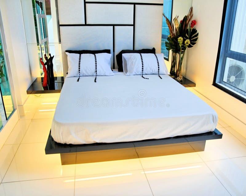 положите размер в постель короля спальни мастерский стоковые изображения rf