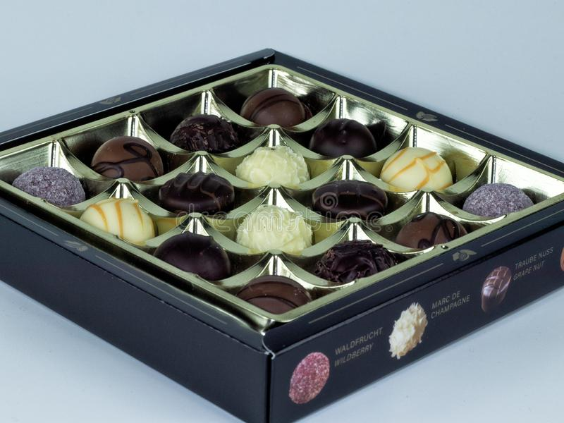 положите шоколады в коробку стоковые изображения rf