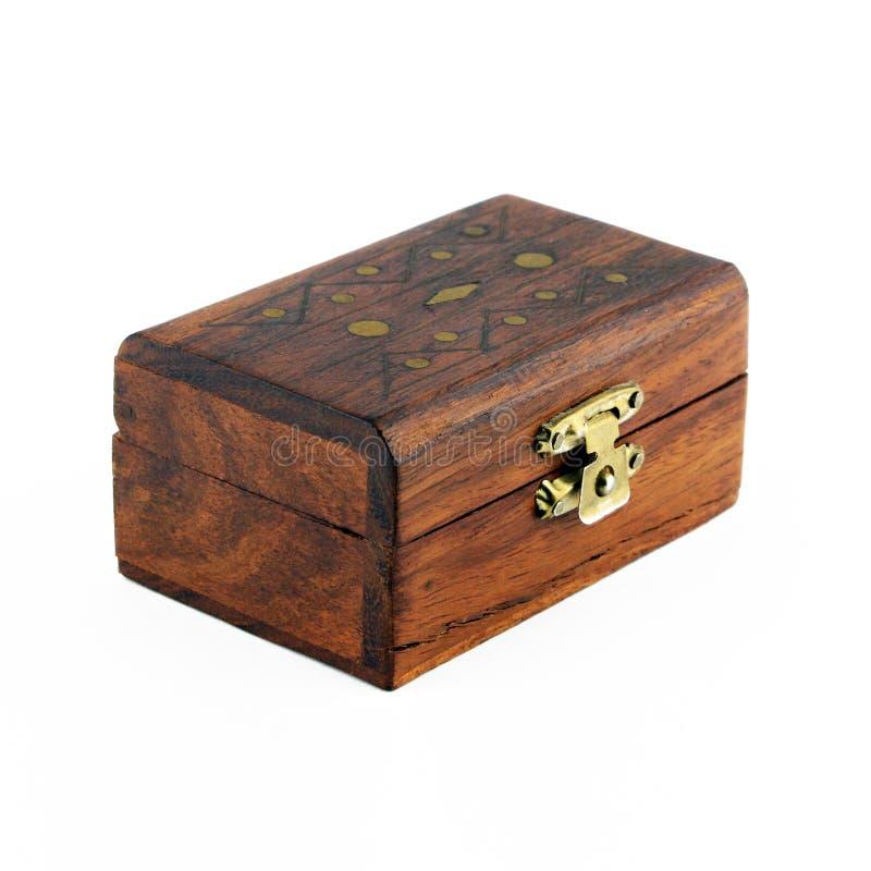 положите ювелирные изделия в коробку деревянные стоковое изображение rf