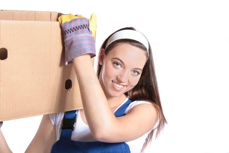 положите moving детенышей в коробку нося женщины стоковое изображение