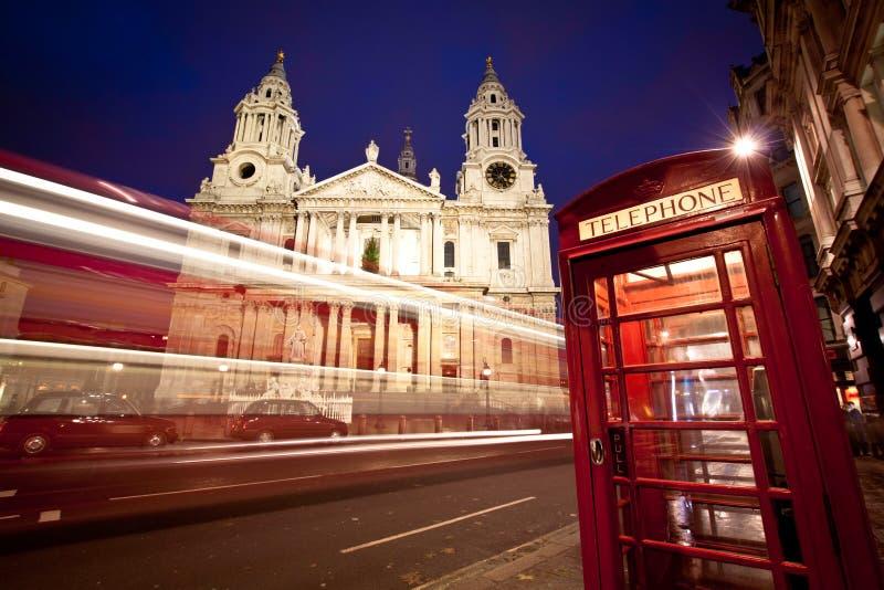 положите st в коробку телефона s Паыля фасада собора шины стоковое фото