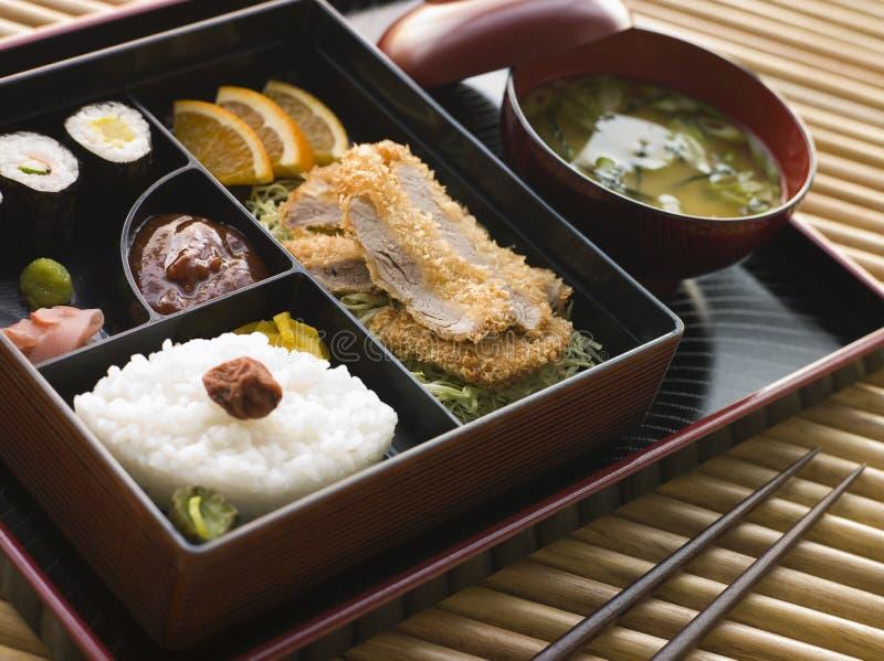 положите tonkatsu в коробку суш супа солениь miso стоковые фотографии rf
