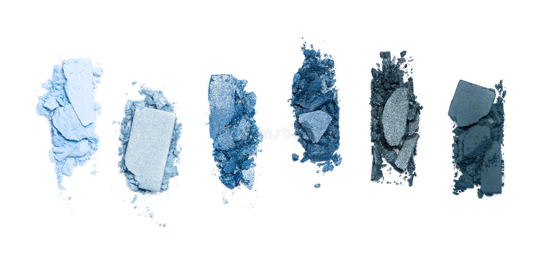 Поломанные, голубые тонизированные тени для век составляют палитру изолированную на белой предпосылке стоковые изображения