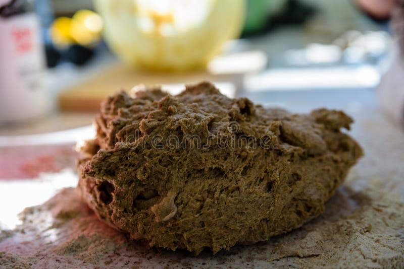 Полосатый веганский пирог смешан для домашнего хлеба стоковые фото