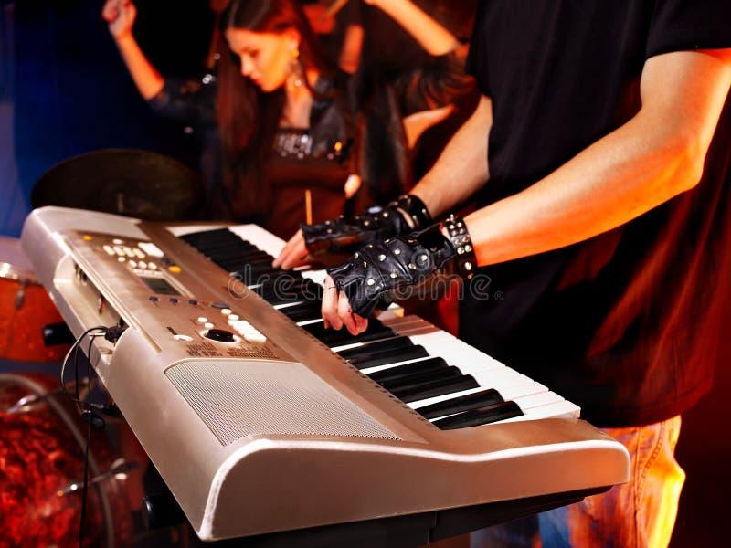 Полоса играя музыкальную аппаратуру. стоковое изображение rf