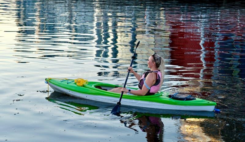 Полоскать молодой женщины сплавляться в океане стоковые изображения
