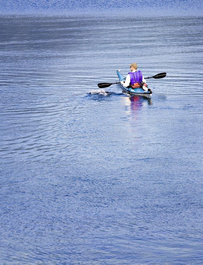 полоскать озера kayaker стоковые изображения
