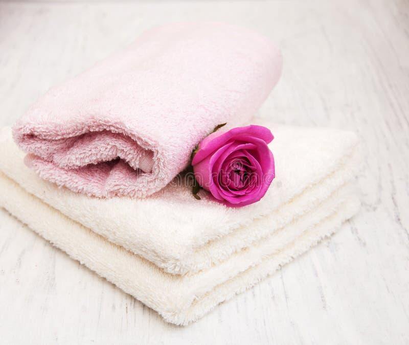 Полотенца ванны с розовыми розами стоковые фотографии rf