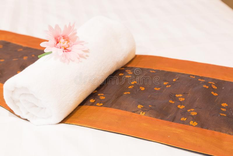 Полотенца помещенные на кровати стоковые фото