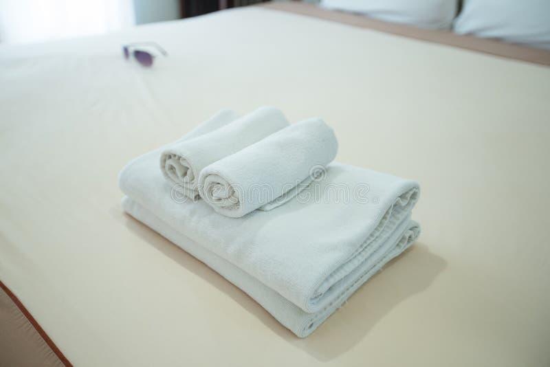 Полотенца помещенные на кровати стоковые изображения