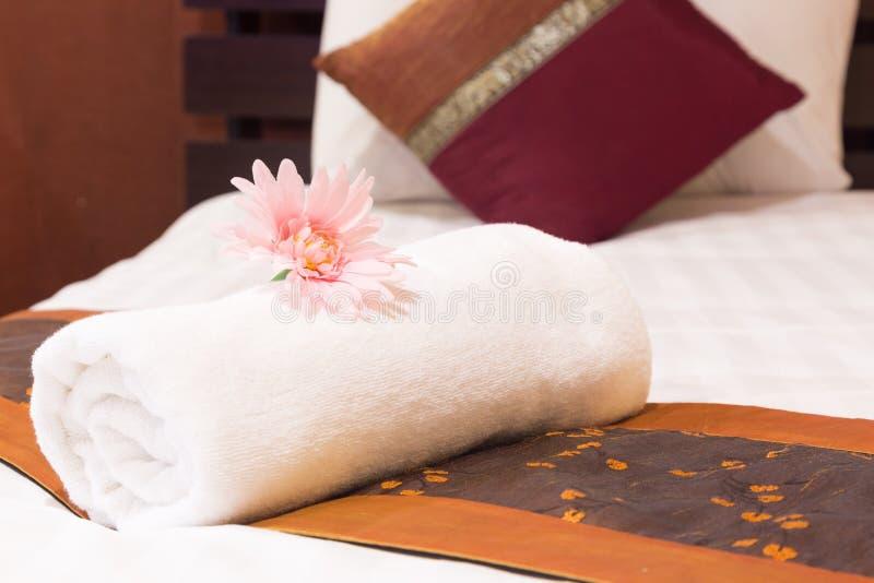 Полотенца помещенные на кровати стоковое фото