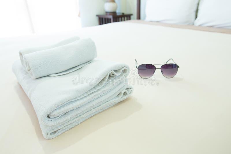 Полотенца помещенные на кровати стоковая фотография