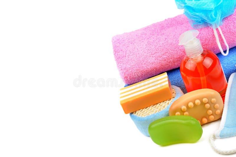 Полотенца хлопка, косметическое мыло и шампунь изолированные на белой предпосылке Открытый космос для текста стоковая фотография