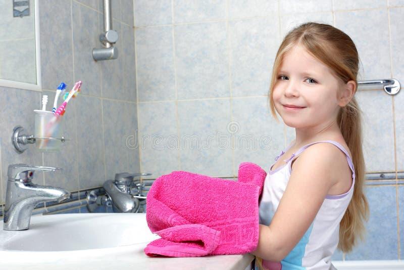 полотенце ванной комнаты принятое девушкой стоковое фото rf