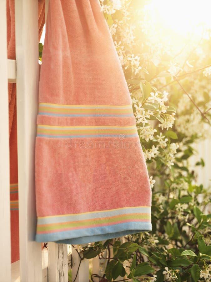 полотенце загородки вися стоковое изображение rf