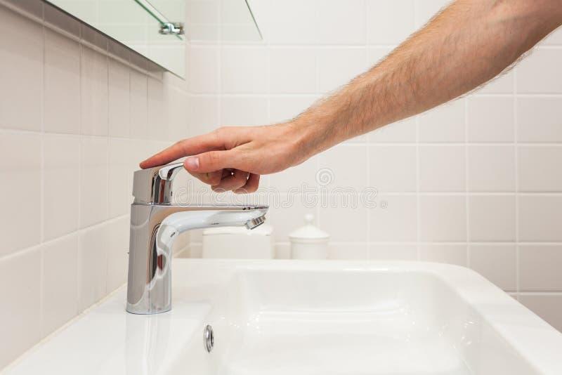 полотенце интерьера шара ванной комнаты Яркая ванная комната с новыми плитками Новый washbasin, белая раковина и большое зеркало  стоковое изображение rf