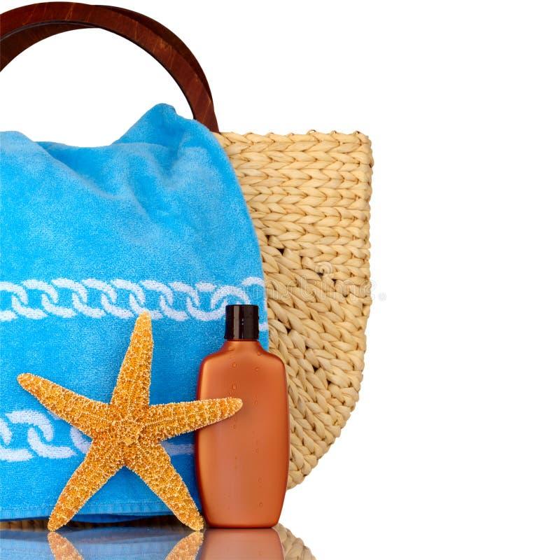 полотенце солнцезащитного крема пляжа мешка голубое стоковые фото