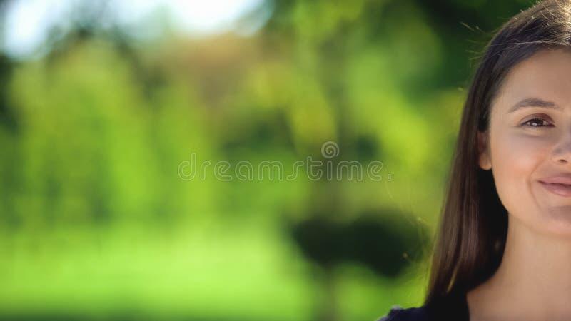 Полулицо улыбающейся женщины, позирующей камеру, натуральную органическую косметику, женственность стоковые изображения rf