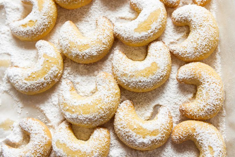 Полумесяцы немецких и австрийских традиционных печений рождества ванильные на белом подносе напудренном с сахаром рицинуса Взгляд стоковые изображения rf