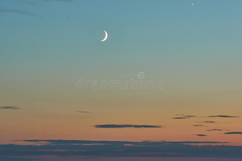 Полумесяц в небе захода солнца стоковые фото