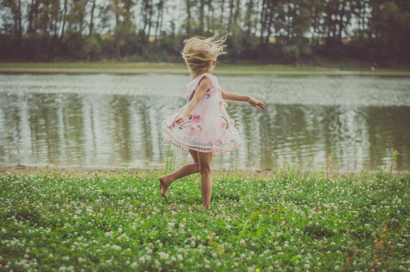 Полуночный танец рекой стоковые изображения