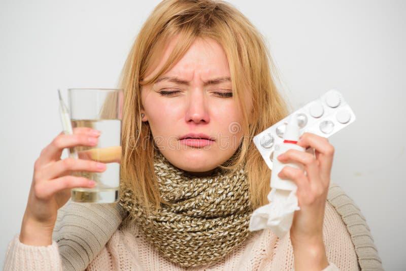 Получать быстрый сброс Пути чувствовать лучшие быстрые выходы головной боли и гриппа Получите освобожданный гриппа Шарф носки жен стоковое фото rf
