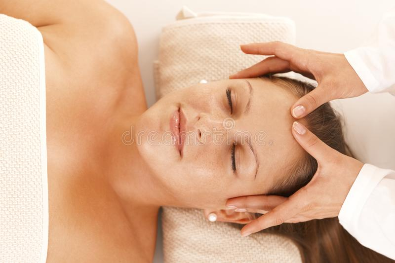 получать головных детенышей женщины массажа стоковое изображение rf