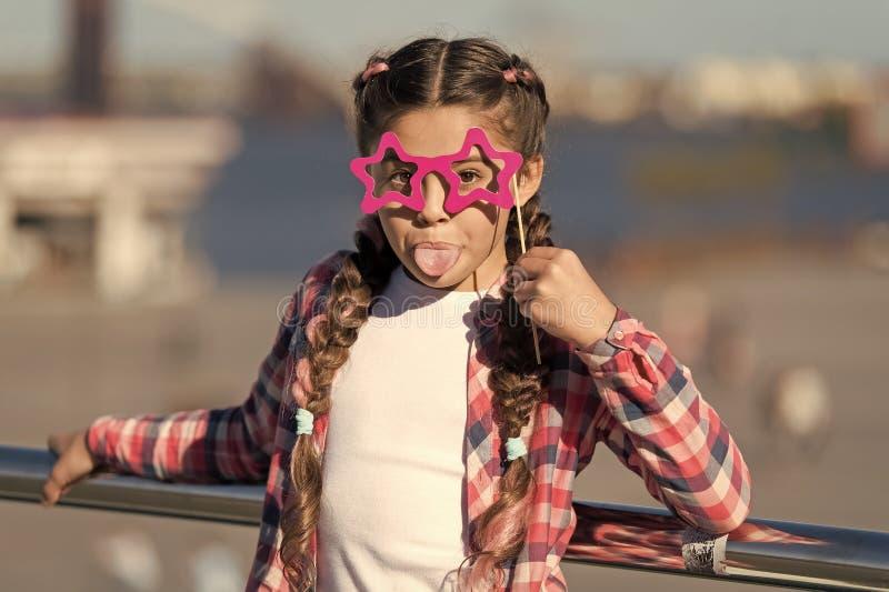 Получать готовый для партии Небольшая капризная девушка имея потеху Модные стекла для торжества Стильный взгляд Непослушный стоковые изображения rf