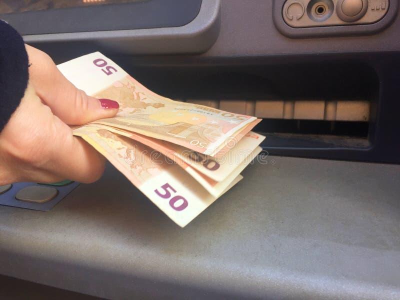 Получать деньги на ATM стоковые фотографии rf