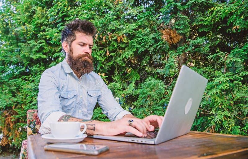 Получать доступ к онлайн образованию Изучать студента университета онлайн Взрослая тренировка учащийся через онлайн курсы стоковая фотография rf